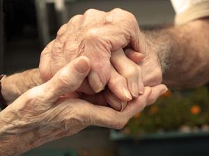 elder_couple_holding_hands